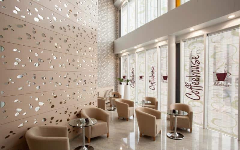 persianas impresas pentagrama en cafe
