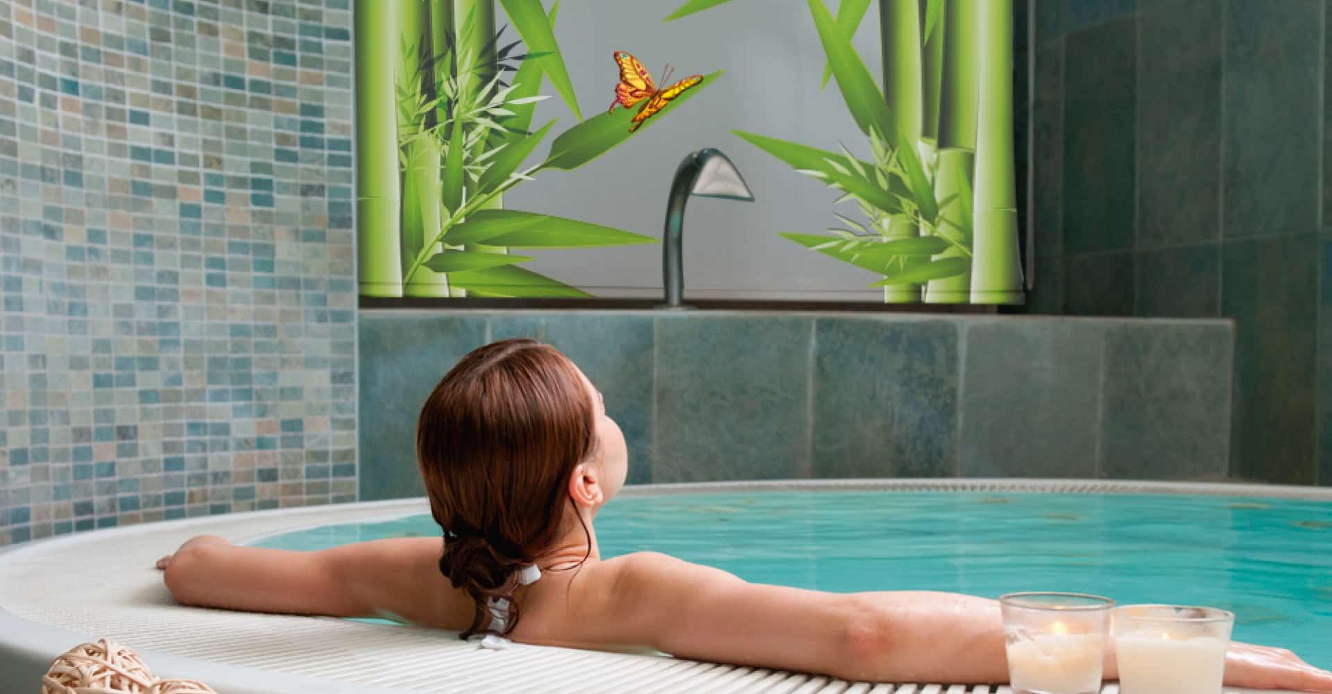 persianas impresas en ventana de baño