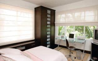 Habitación moderna con gran ventanal decorado con persianas Romanas Pentagrama