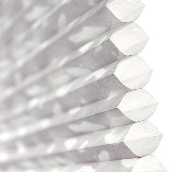 Detalle de una cortina Honeycell texturizada de Pentagrama