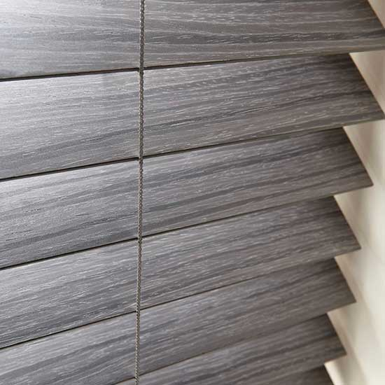 Detalle de una persiana de madera oscura Pentagrama