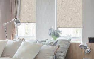 Sala de un hogar moderno decorado con persianas enrollarbles Pentagrama