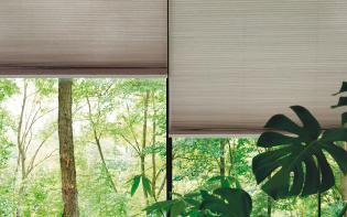 Sala de una casa usando cortinas Honeycell Pentagrama con la que gradúa la luz