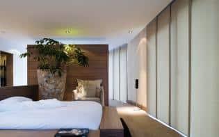 Apartamento loft decorado con paneles japoneses