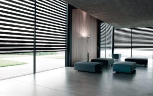 Sala de una casa moderna con cortinas Sheer Elegance