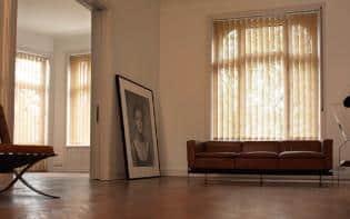 Persiana vertical en un salda con un cuadro que anunció no ha sido puesto en la pared