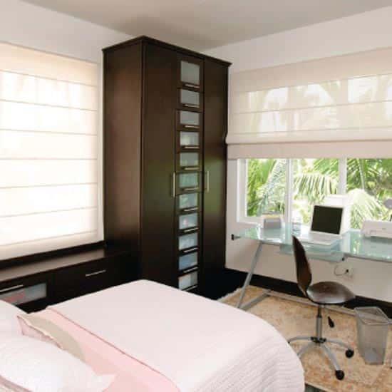 habitación moderna con cortinas Romanas traslúcidas Pentagrama
