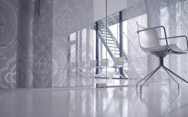 Espacio elegante decorado con paneles japoneses texturizados