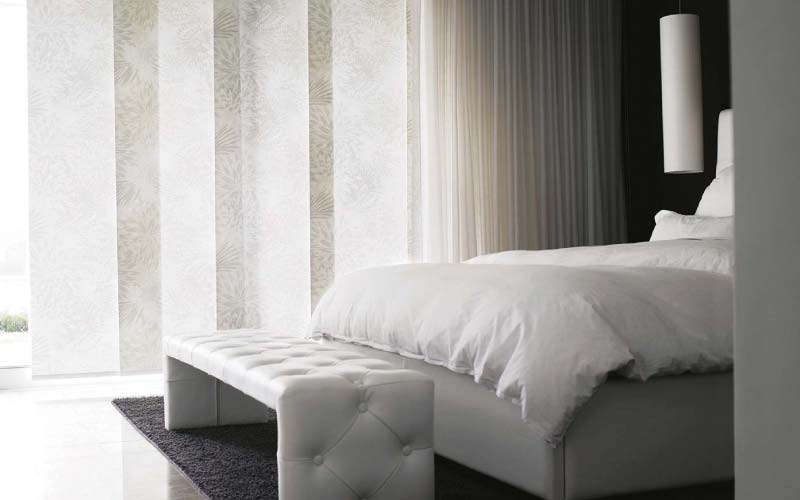 Panel japonés texturizado decorando una habitación clara