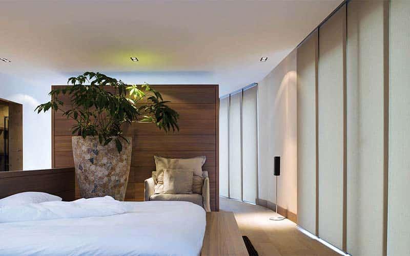 Panel Japonés instalado en una habitación moderna con iluminación indirecta
