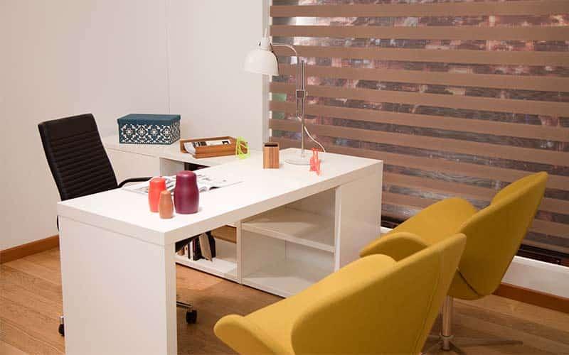 Oficina moderna decorada con sillas amarillas y hermosas cortinas Sheer Elegance