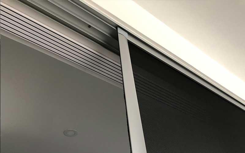 Persona bajando unos mosquiteros para ventanas Pentagrama