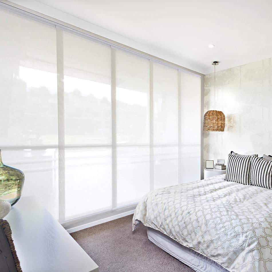 Habitación de una casa renovada con cortinas enrollables Pentagrama