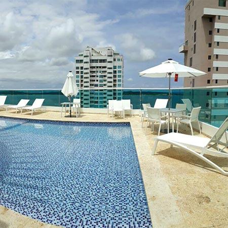 Sombrilla Alicante en una piscina