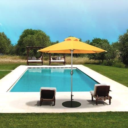 Sombrilla Alicante amarilla en una piscina
