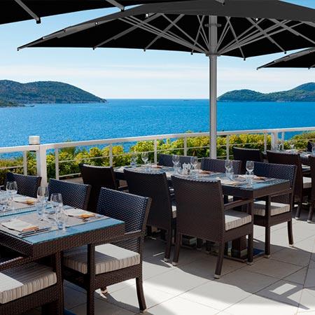 Sombrilla Ibiza en una terraza con vista al mar