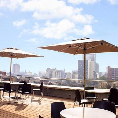 Sombrilla Limo cuadrada en la terraza de un edificio