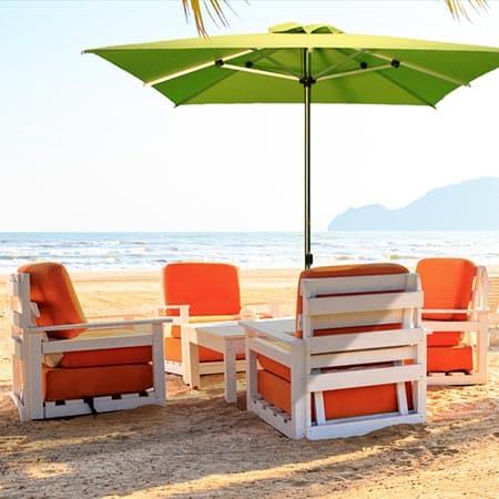Sombrilla Limo cuadrada verde en la playa