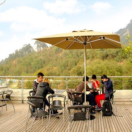 Sombrilla Limo cuadrada en una terraza de universidad