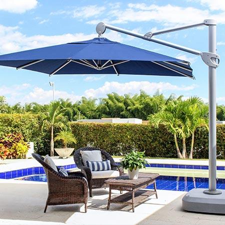Sombrilla palma azul al lado d una piscina con asoladora debajo