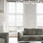 Paso de luz a travez de persianas enrollables Pentagrama en una sala moderna