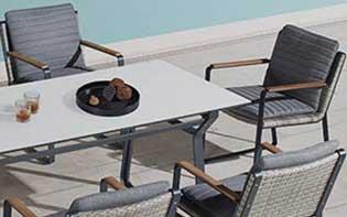 Comedor exterior moderno Solattu al lado de de una piscina