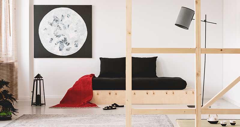 Decoración moderna con una cama de piso y estructura de madera