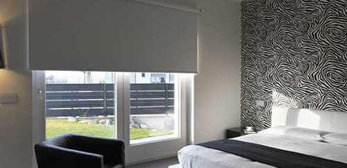 Muestra de una habitación con enrollables con tejidos blackout