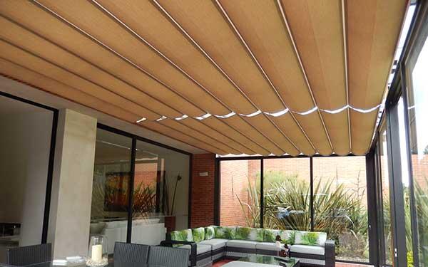 Pérgolas romanas cubriendo el techo de un solar