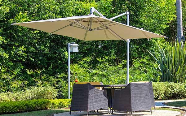 Sombrilla para exteriores Pentagrama en un piscina