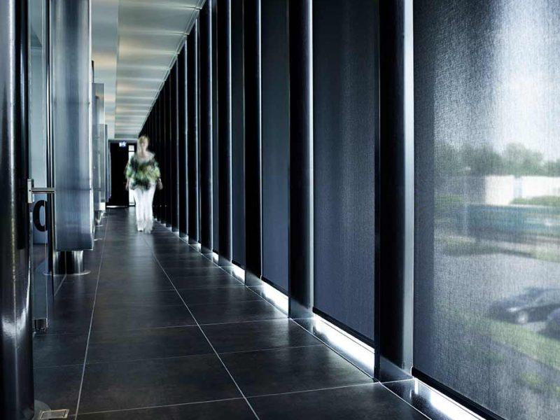 Cortinas y persianas para oficinas usadas en el corredor