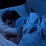 Persona durmiendo en un ambiente de total oscuridad cubierto con persianas con telas blackout Pentagrama
