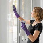 Mujer manteniendo su hogar limpio y saludable